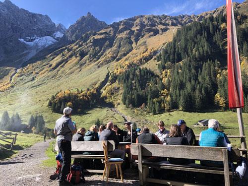 In der Gruppe den Berg und die Meditation genießen