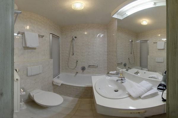 Das Badezimmer im Zimmertyp Walsertal, Lärchenhof