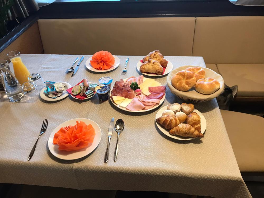 So liebevoll war am Sonntag der Frühstückstisch gedeckt. Waren wohl die einzigen Gäste.