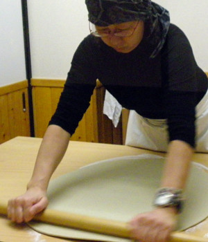 店内で蕎麦を手打ちしています