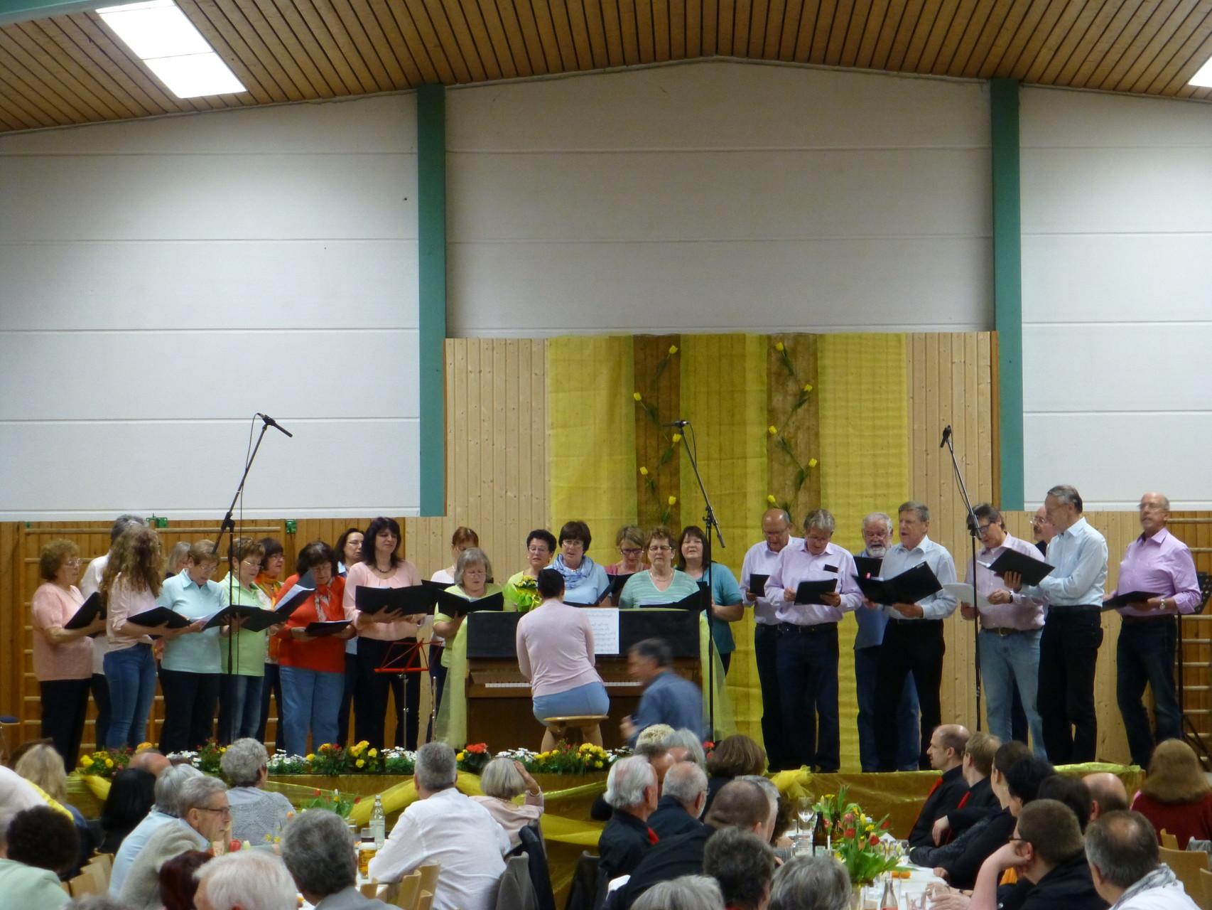Chorgemeinschaft Waldrennach mit ihrer Chorleiterin Miriam Kurrle