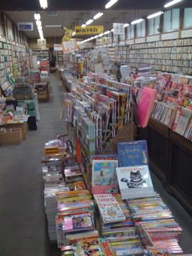 新発田の万松堂。新刊だけに偏らない書棚は、東京でいうと阿佐ヶ谷の書原本店が近い雰囲気です。