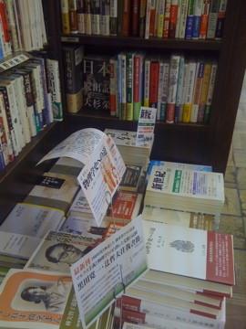 アナーキズムのみならず、社会主義・労働運動の書籍が充実している。奥の棚に『日本脱出記』も見えるでしょうか。