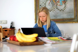 Homeschooling Internet mit Laptop, Tablet oder PC