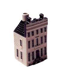 KLM miniatura número 83, está situada en Keizersgracht 672, en Amsterdam y fue construido en 1671, al mismo tiempo que la casa de al lado. Adriaen Dortsman arquitecto se inspiró en el estilo del clasicismo cuando creó su diseño sobrio para la fachada.