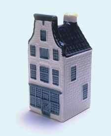 KLM miniatura número 23, Amsterdam, Pijlsteeg 31 de Gekroonde Wildeman. (degustación bar) de la destilería Wijnand Fockink Construida alrededor de 1679.