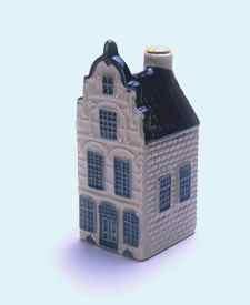 KLM miniatura número 21, Delft, Markt 47, construida en el siglo 16, la parte superior fue renovada en 1880.