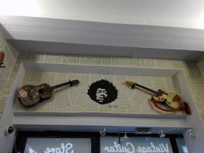 Die Gitarre links hat Jimi Hendrix angemalt