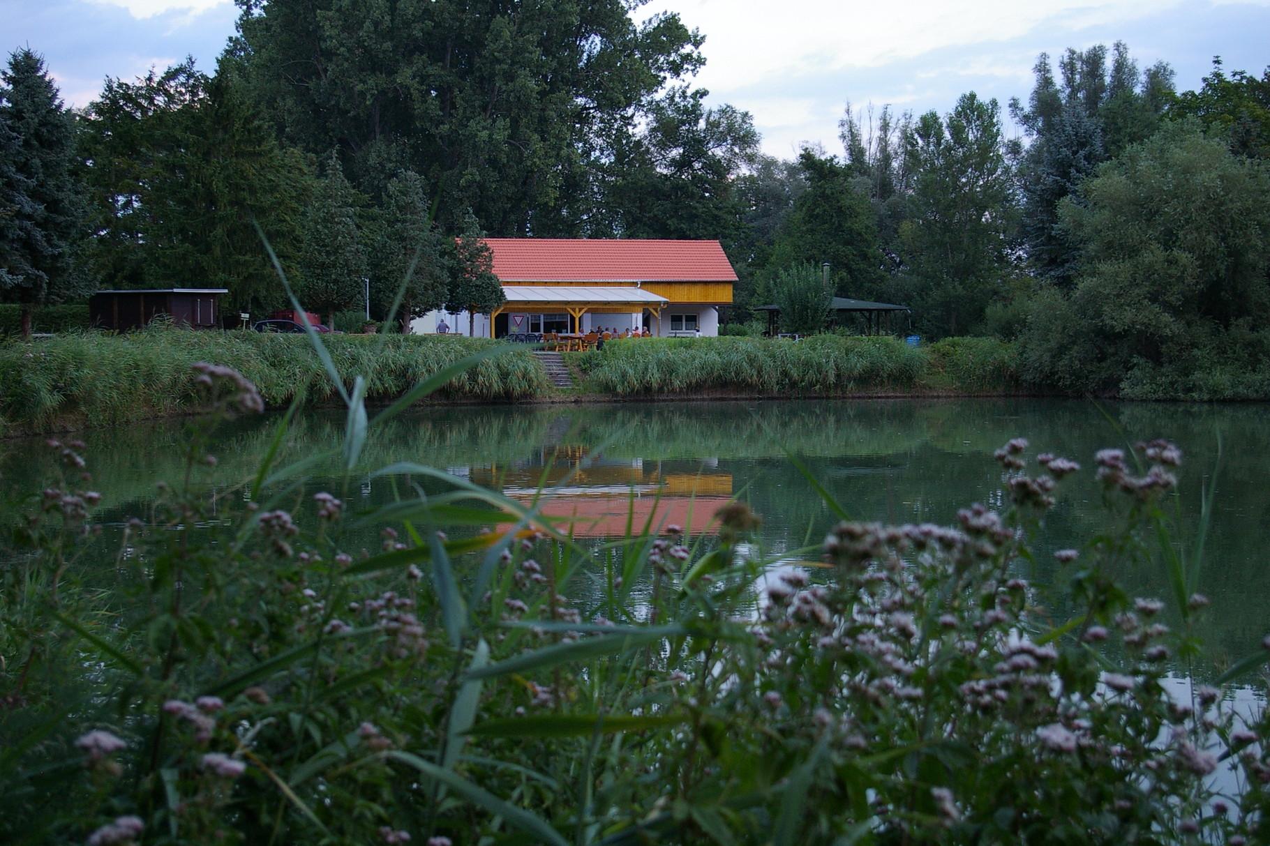 Sicht auf das Fischerhaus beim Rundgang um den See