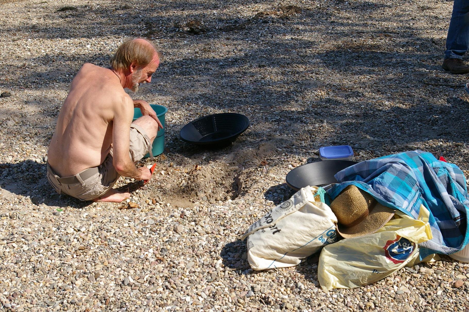 als erstes muss Sand in die Pfanne