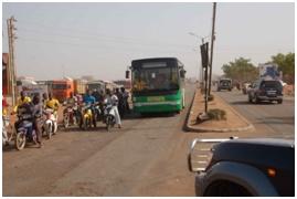 調査対象道路の現状(舗装が劣化しているため十分な幅員が無い上に、一般車両に加えバイク台数も多く交通は混在している)