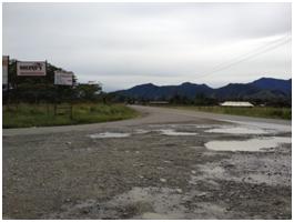 砂利国道の多くは整備が行き届いておらず、雨の後には大きな水溜りもあちらこちらに見られます。DoWが道路を日常的に整備・維持管理していく能力を強化することで、地域住民の生活改善や経済の発展に寄与することが期待されています。