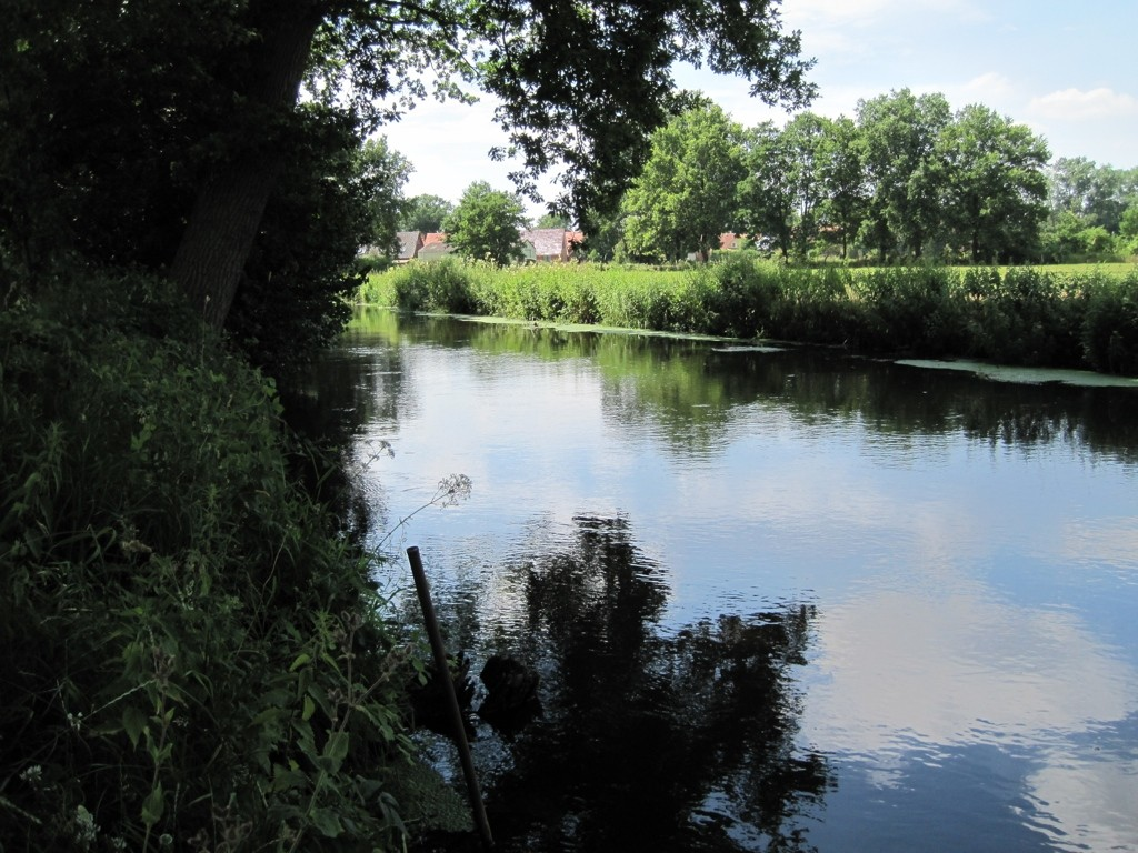 Luhe-Kanuanleger am Dörpshus in Bahlburg