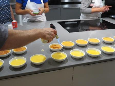 am Fließband Desserts bräunen