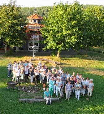 Gruppenbild vor dem Pavillon des Umweltbildungszentrums Licherode