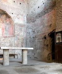 Vista parziale del presbiterio con al centro la parete del palinsesto