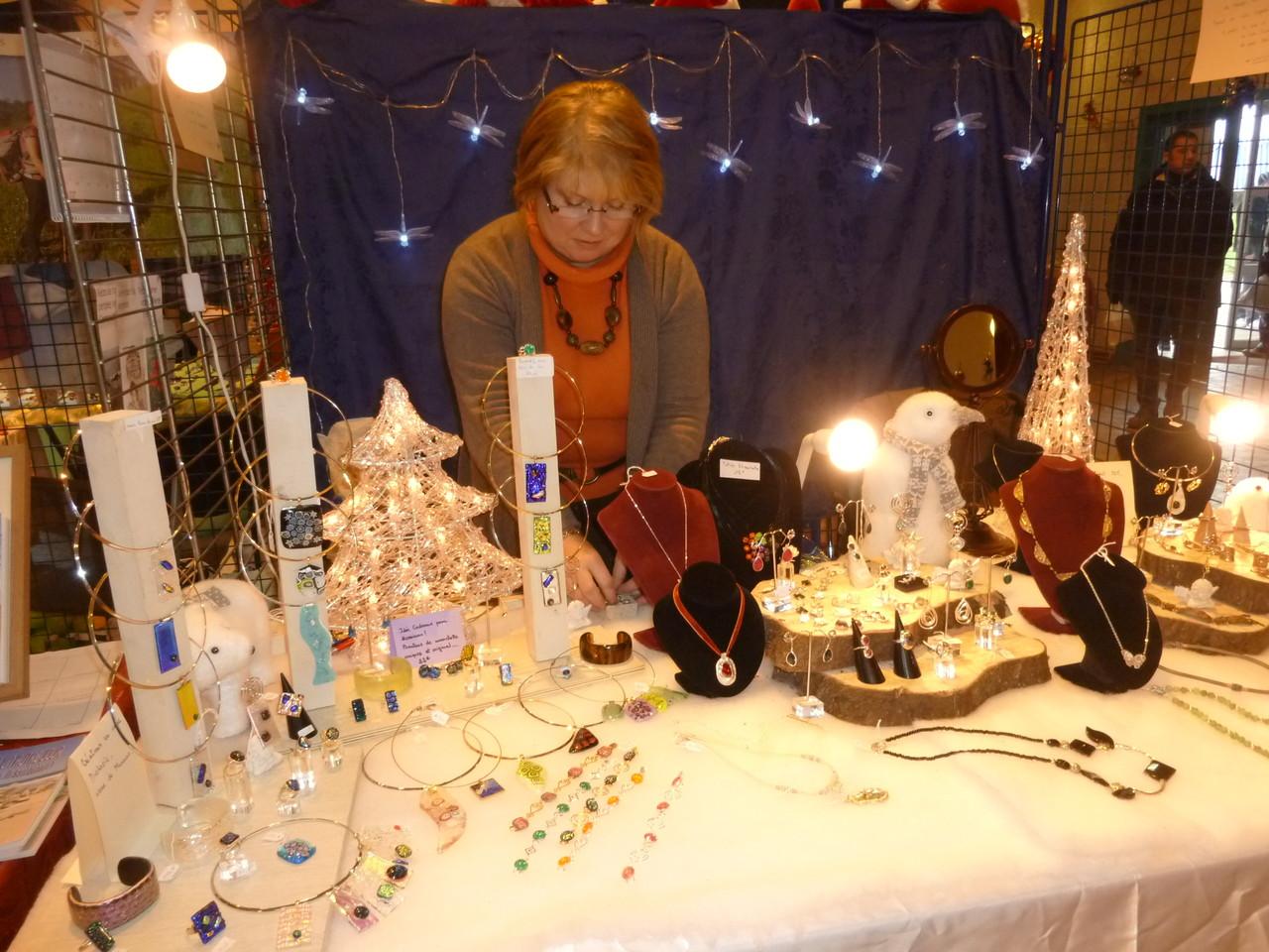 Notre voisine de stand, créatrice de bijoux magnifiques, qui ont remporté un beau succès
