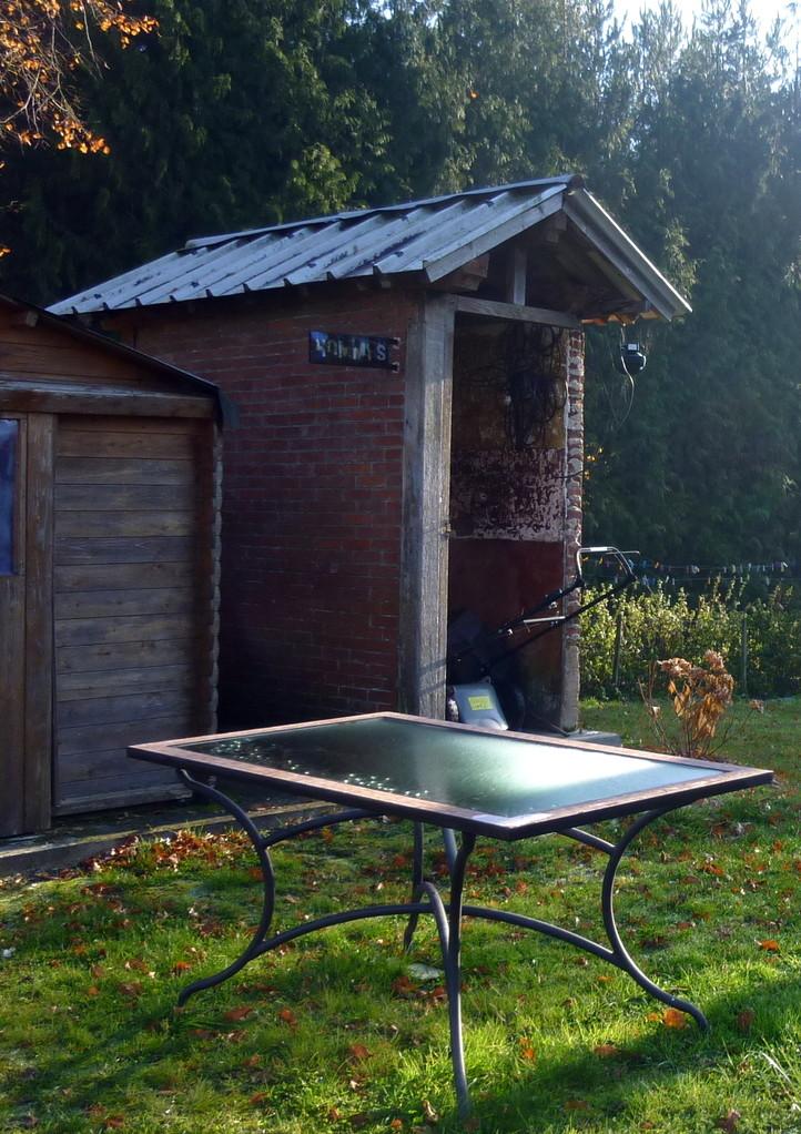 Ce qui reste des toilettes pour homme, près d'une ancienne maison de garde-barrière