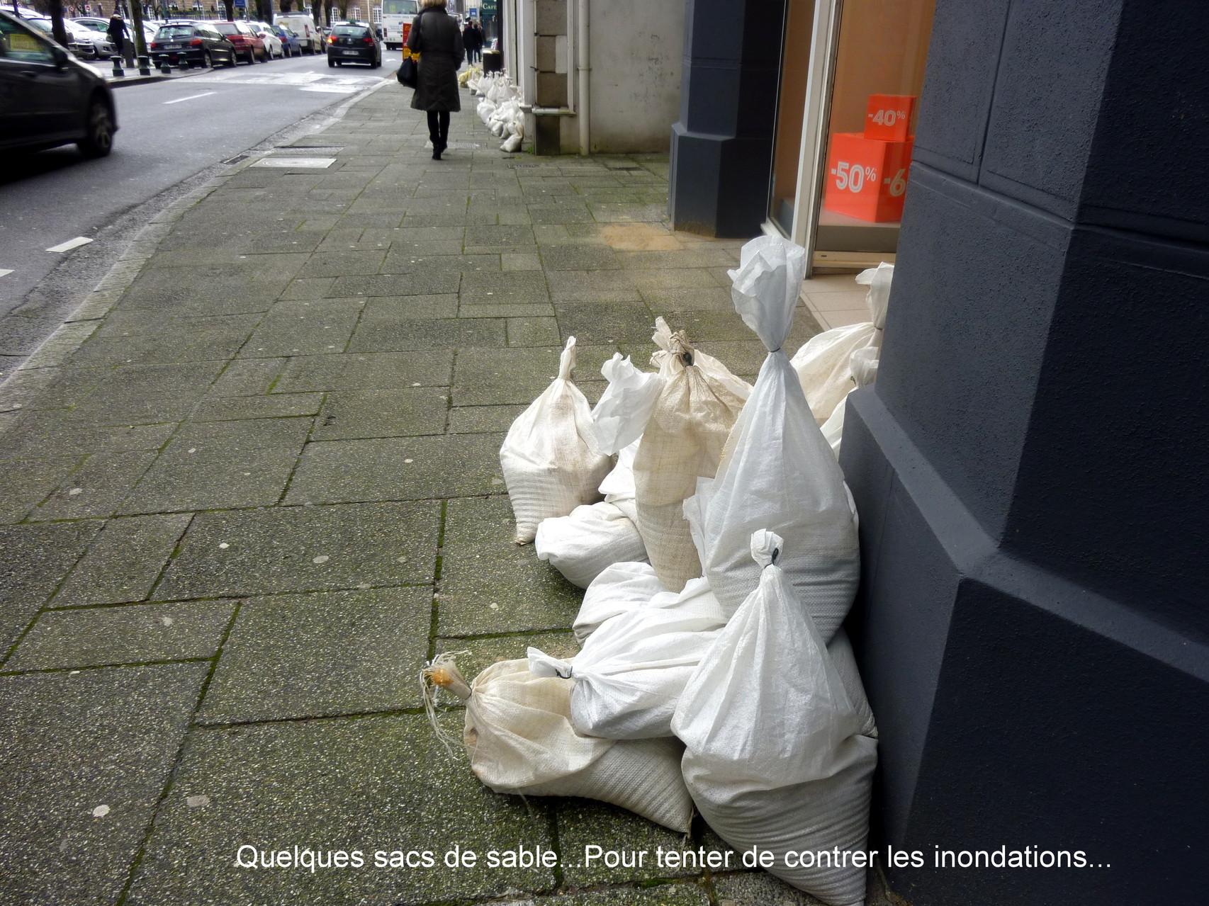 Quelques sacs de sable pour tenter de contrer la montée des eaux...