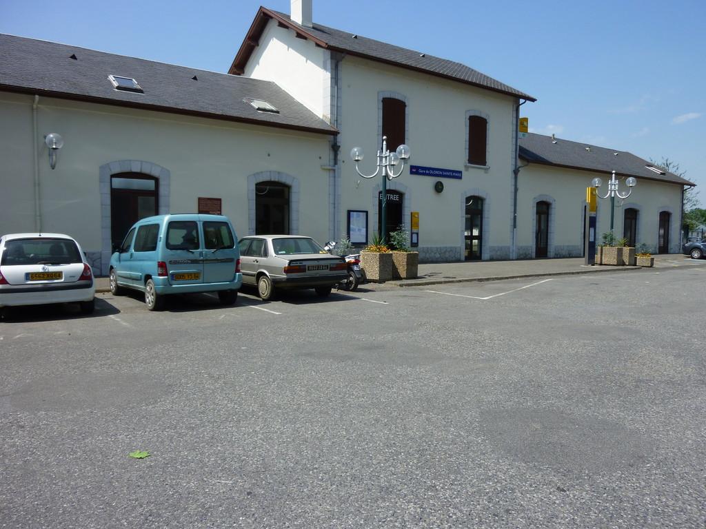 La gare d'Oloron, fin du voyage, arrivée de notre taxi perso...