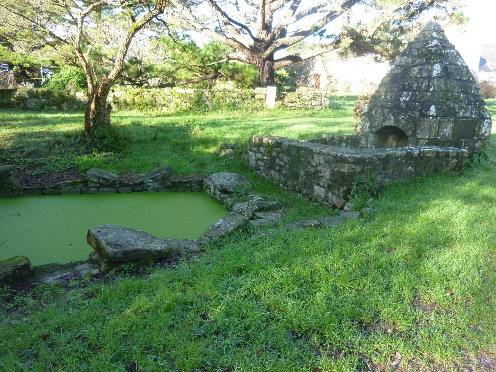 Fontaine dans le petit village de Loperhet