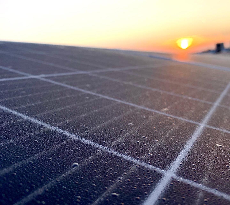 Gloednieuwe installatie van 1.200 zonnepanelen op het dak van Tomeco Hoogtstraten.