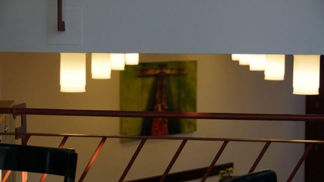 """Das Triptychon """"Wenn der Schmerz zur Hoffnung wird"""" """"erfüllt"""" den gesamten unteren Café-Bereich."""