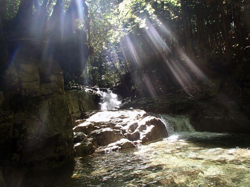 渓に陽が射して