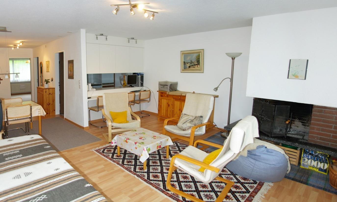 Wohnzimmer mit Sitzgruppe und Fernseher