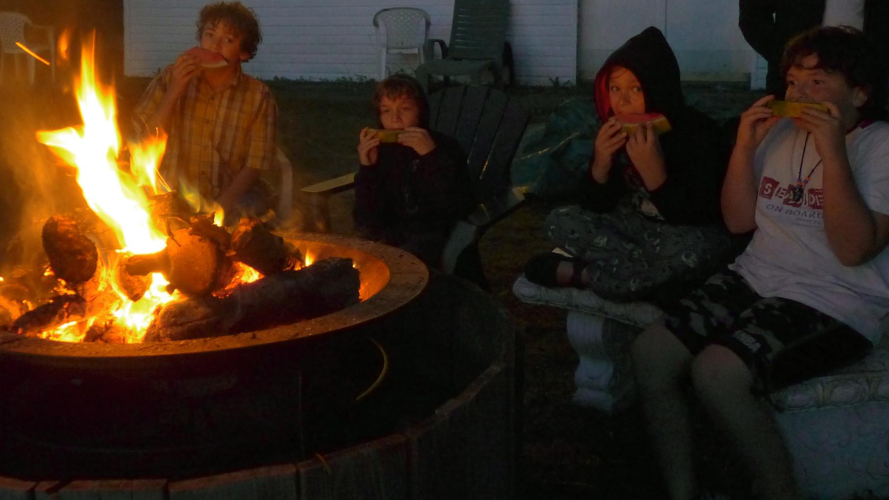 Feu de camp en camp d'été