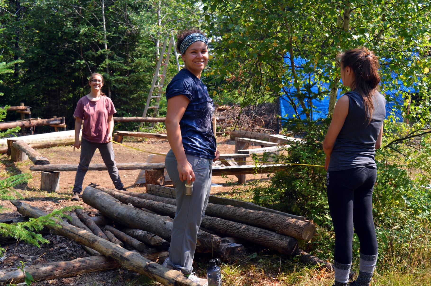 Mesure du bois pour les montages du camp d'été