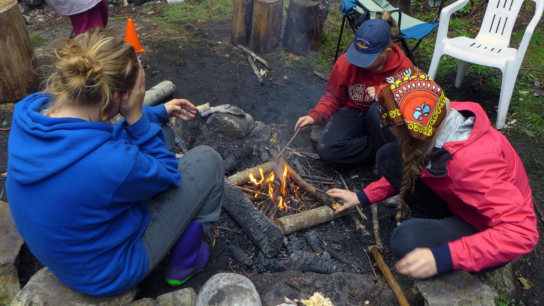 Technique de feu de camp en camp d'été