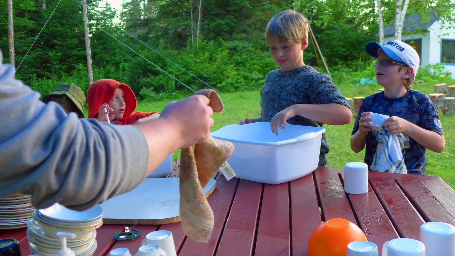 La vaisselle en camp d'été