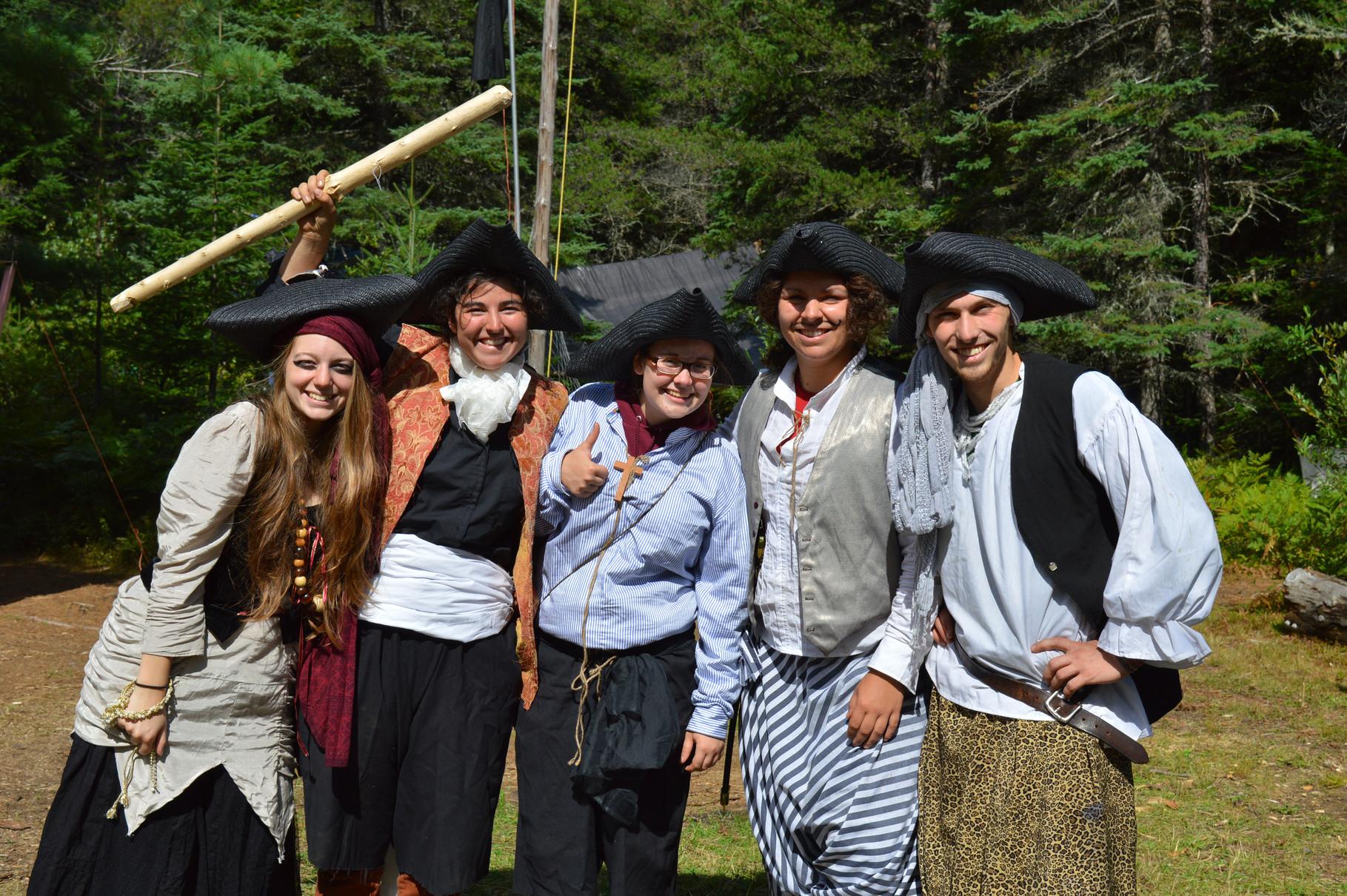 L'équipe de maîtrise (adultes responsables) dans leurs costumes thématiques