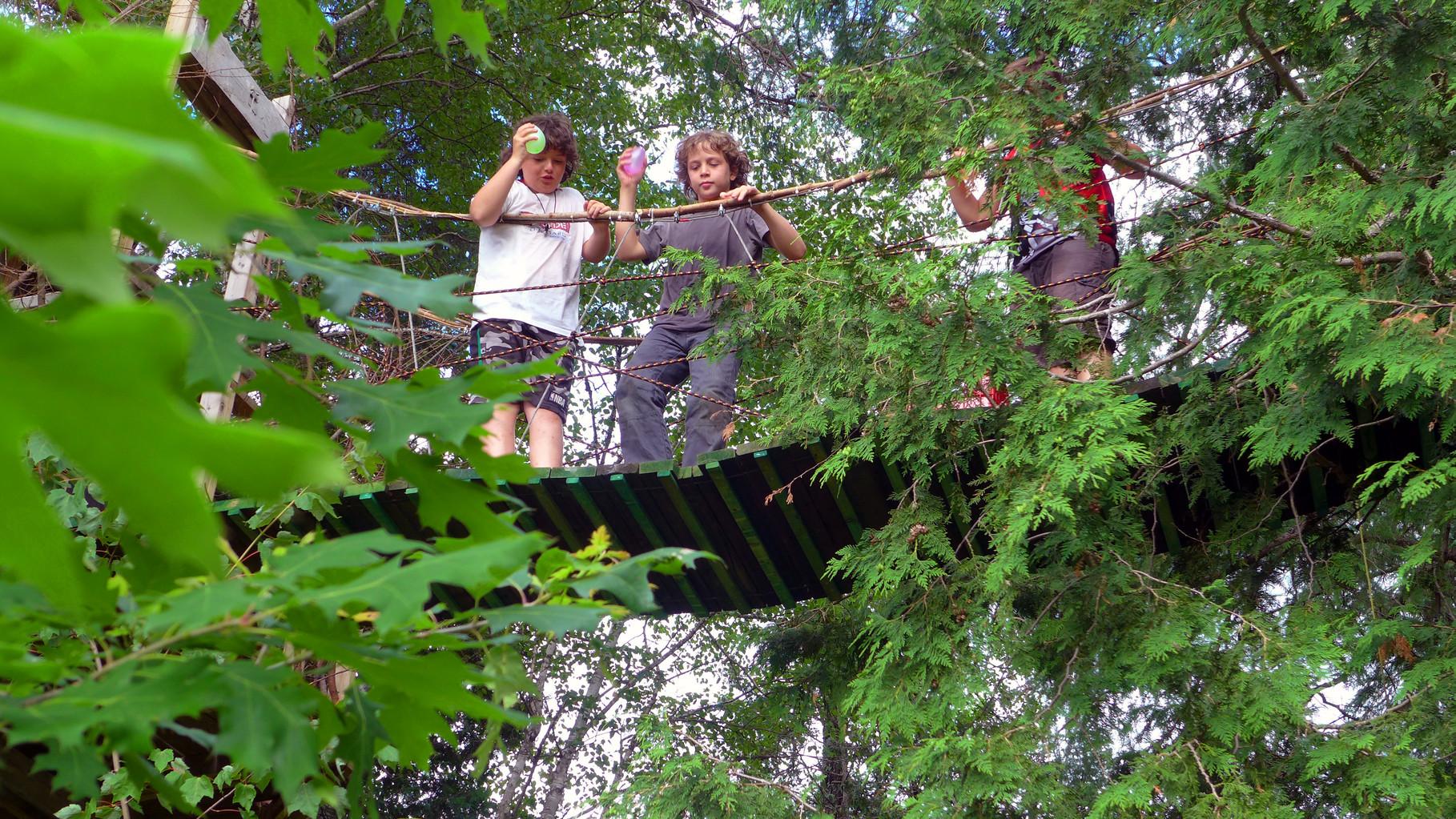 Bataille de «ballounes d'eau» en camp d'été