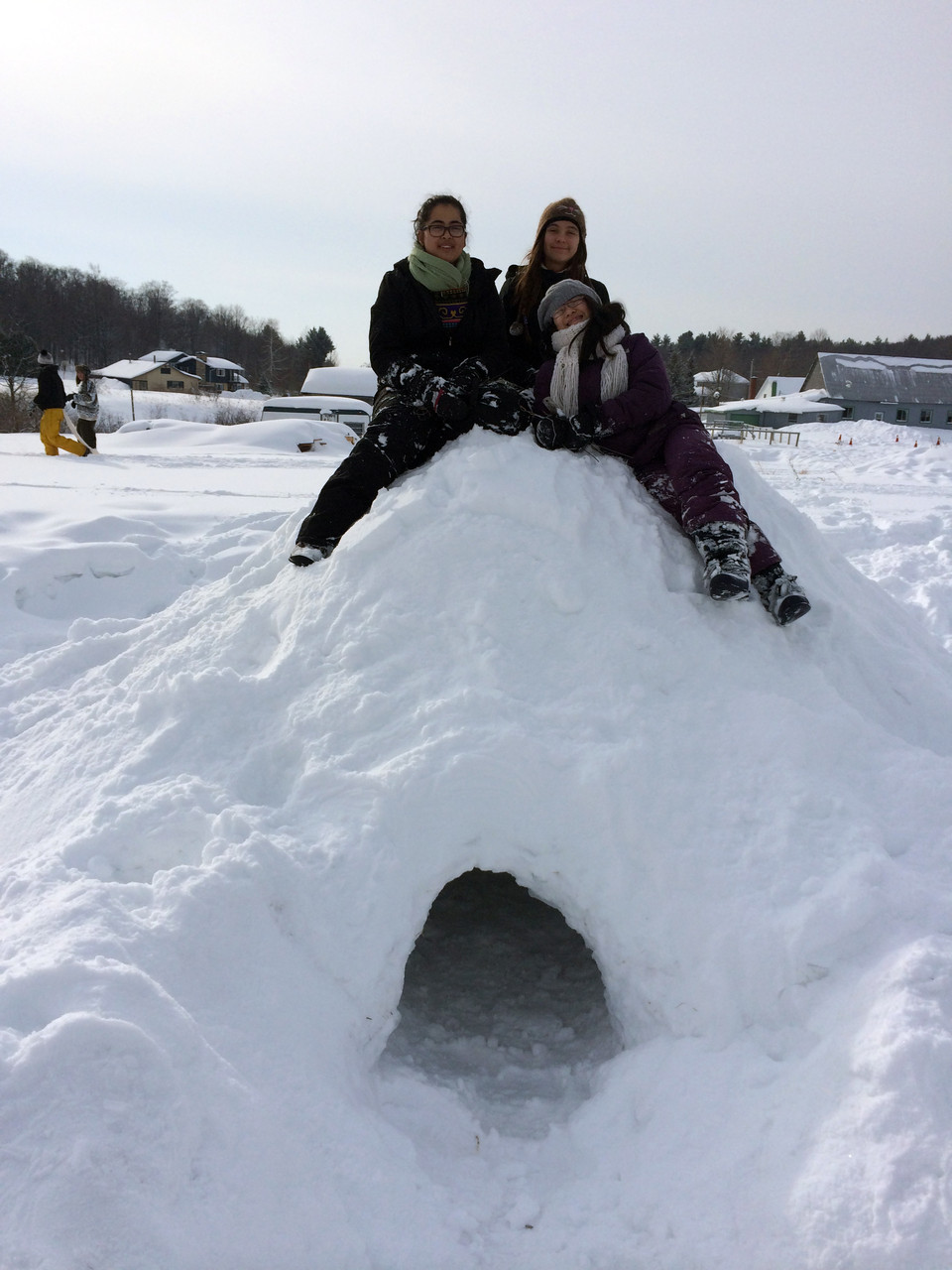 La patrouille de l'Hirondelle et leur hutte de neige construite en camp d'hiver