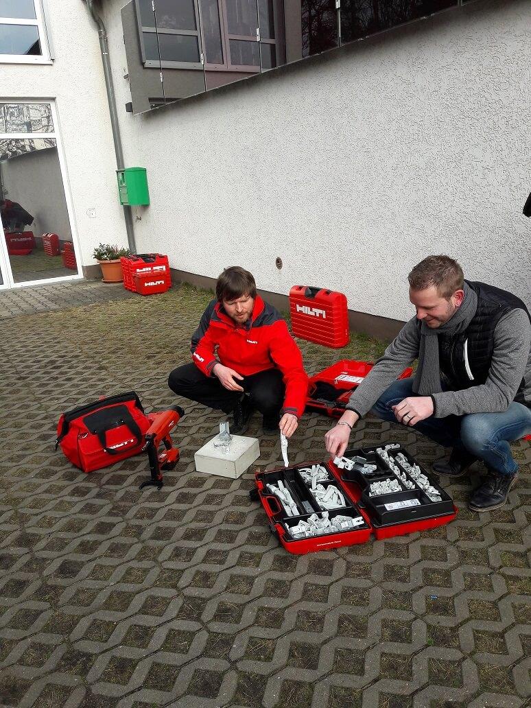 Eric Fellenberg und Tobias Barth bei der Unterweisung mit dem Akku-Setzgerät.
