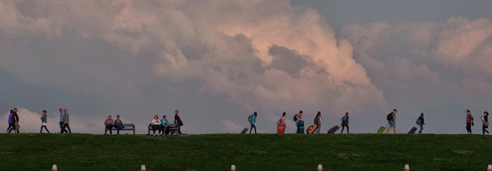Menschen mit Koffern auf Deich Norddeich Deutschland