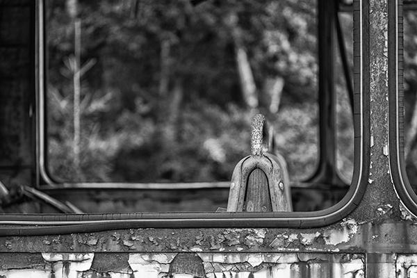Sitzlehne an zerbrochener Fensterscheibe