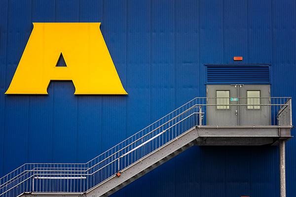 Gelbes A mit Treppe bekanntes skandinavisches Möbelhaus