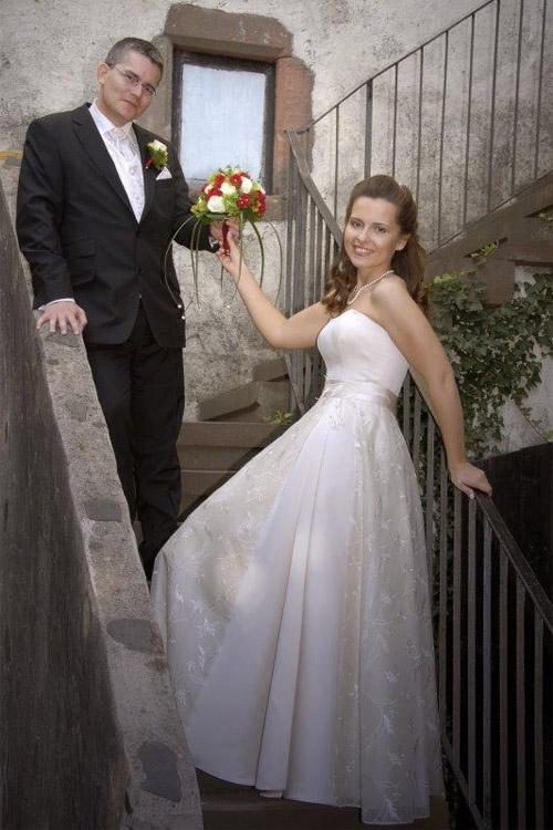 Kurzes Hochzeitskleid mit abnehmbarem Rock aus Seidenorganza.
