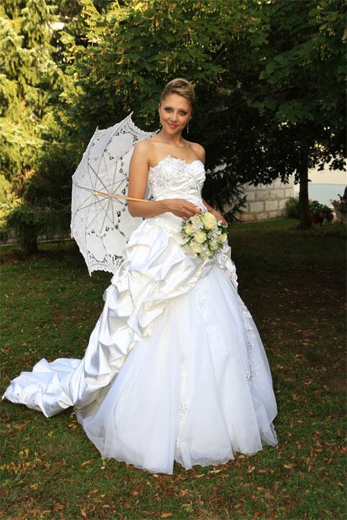 Reinseidenes Hochzeitskleid, handbestickt mit Swarowski Steinen.