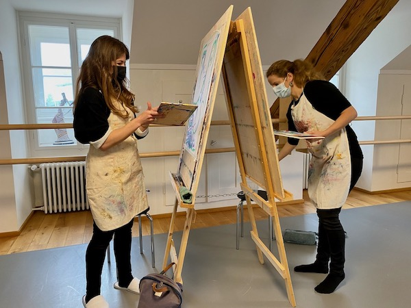 Farben & Klang Kurs mit Simone Scheuner, sasana Massage- & Klangpraxis u. Sabrina Zumstein, Mal- & Kunsttherapie