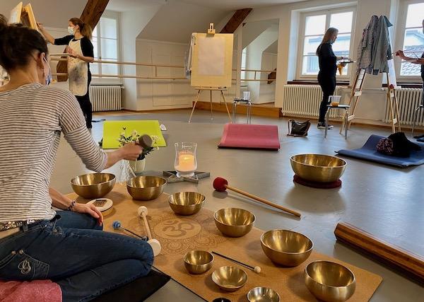 Klang & Farben Kurs mit Simone Scheuner, sasana Massage- & Klangpraxis u. Sabrina Zumstein, Mal- & Kunsttherapie