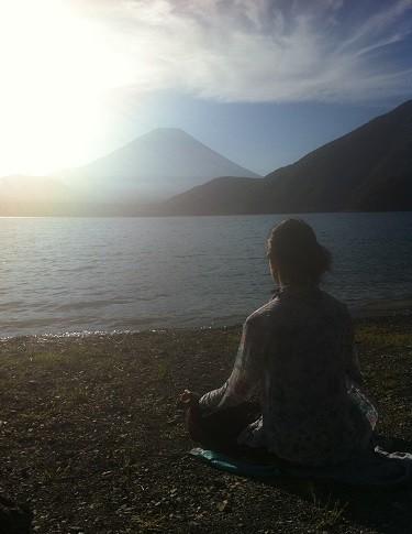 美しい自然があるところでは、ところかまわずyogaでアサナをとっては自然との一体感を楽しんでいた。霊峰富士とともに
