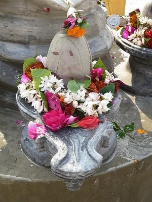 シヴァリンガム。シヴァの男性器とシヴァの妻との女性器の結合部分を現した石像。女性の子宮内部から見た構図になっている。宇宙創造のシンボルとも言える