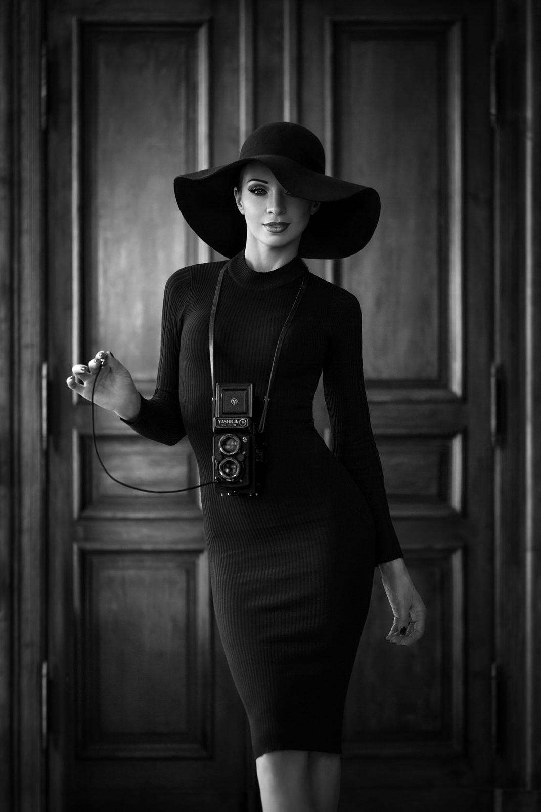 Two Beauties - Angélique & Yashica MAT 124 G - Markus Hertzsch - Camera - Girl - Hat