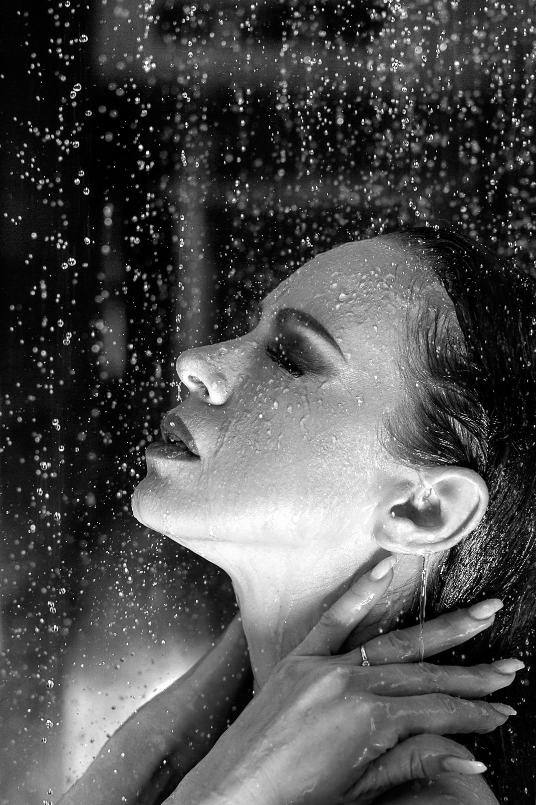 Portrait - Markus Hertzsch - B&W - Girl - Model - Bildlook - Face - Pose - Art - Hair - Eyes - Water - Drop - Shower - Cooling - Wet