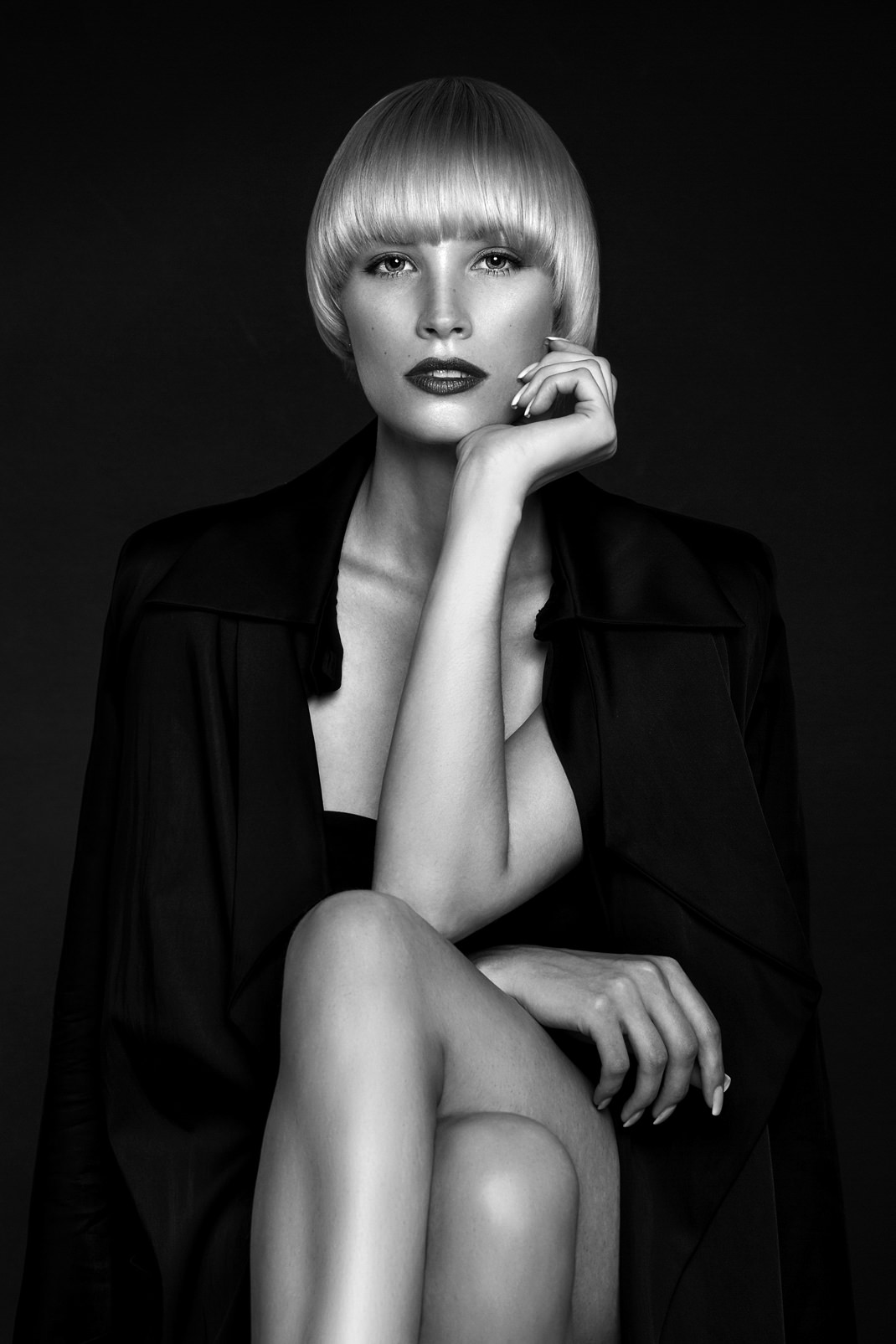 Portrait - Markus Hertzsch - B&W - Girl - Model - Bildlook - Face - Pose - Art - Hair - Eyes - Coat - Jane - Blonde