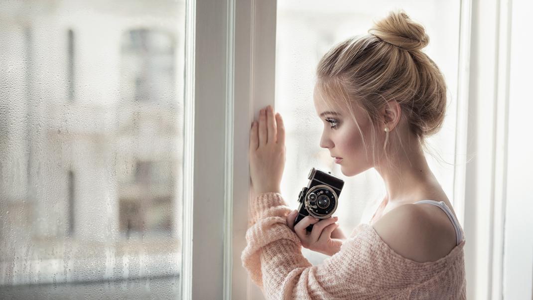 Two Beauties - Antonia & Ihagee Parvola - Markus Hertzsch - Camera - Girl - Window